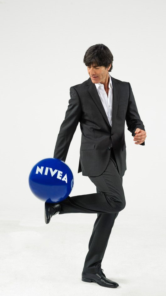 beiersdorf welttrainer 2014 nivea men gratuliert pflegecoach jogi l w. Black Bedroom Furniture Sets. Home Design Ideas